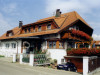 Ansicht des Hauses der Familie Schleer mit Blumenschmuck am Balkon