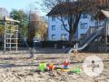 Der Spielplatz in der Üsenbergstraße mit Sandspielsachen im Vordergrund