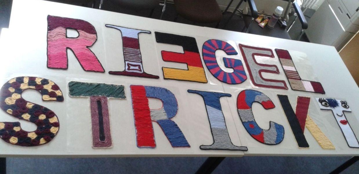 Die Mitarbeiter des Rathauses haben die einzelnen Buchstaben des Wortes Riegel strickt gestrickt